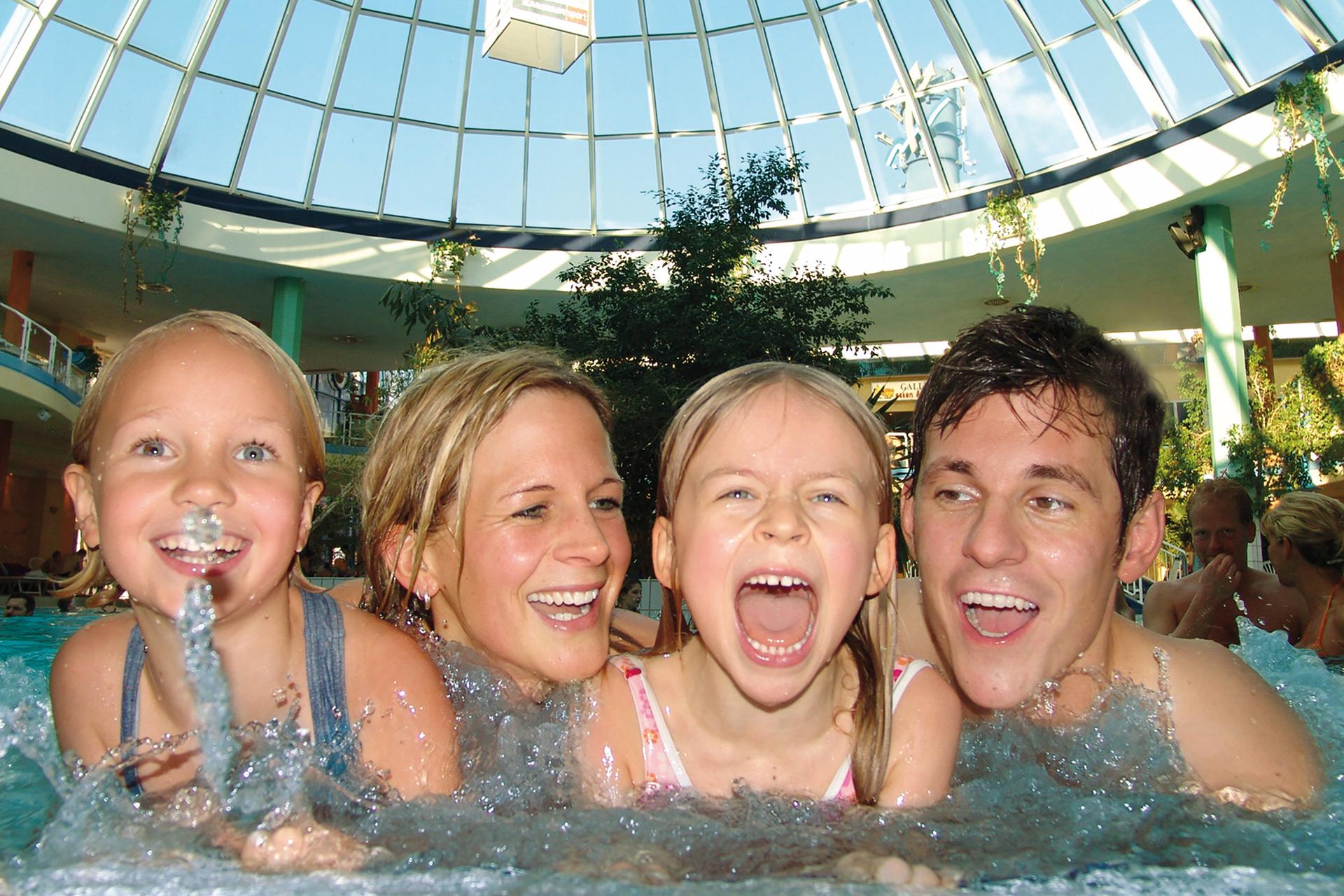 Schwimmbad Frankfurt kinder schwimmen rhein therme kinder erlebnisbad hessen
